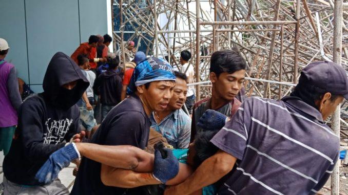 Empat Pekerja Tertimpa Scaffolding Proyek Menara Kantor Bupati Barru