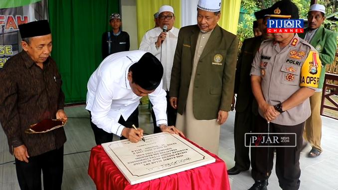 Bupati Barru Suardi Saleh, tanda tangani prasasti peresmian asrama tahfiz qur'an ahlushshuffah Pesantren DDI Mangkoso.