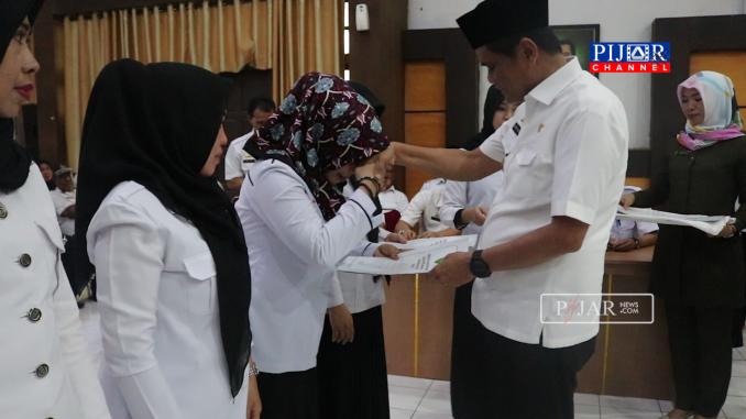 Suardi Saleh saat serahkanSerahkan SK 382 ASN Pemkab Barru.