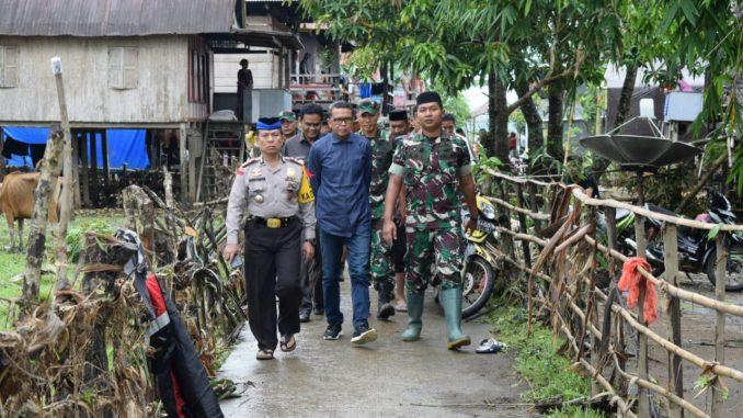 Gubernur Sulsel, Nurdin Abdullah bersama rombongan mengunjungi lokasi banjir di Barru.