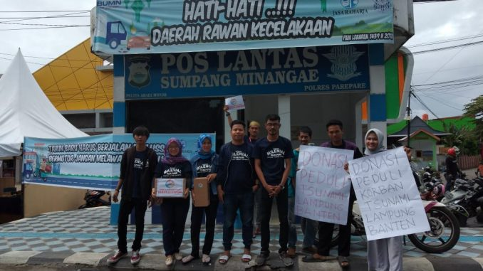 Tim GMP foto bersama disela-sela penggalangan dana untuk korban tsunami Banten-Lampung di Sumpang Minangae, Kota Parepare.