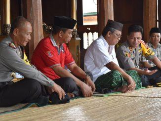 Kapolres Sidrap, AKBP Budi Wahyono saat berbincang dengan pemuka adat di Amparita.