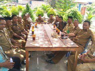 Peserta rapat menikmati kopi 'gunung' di Barukku.