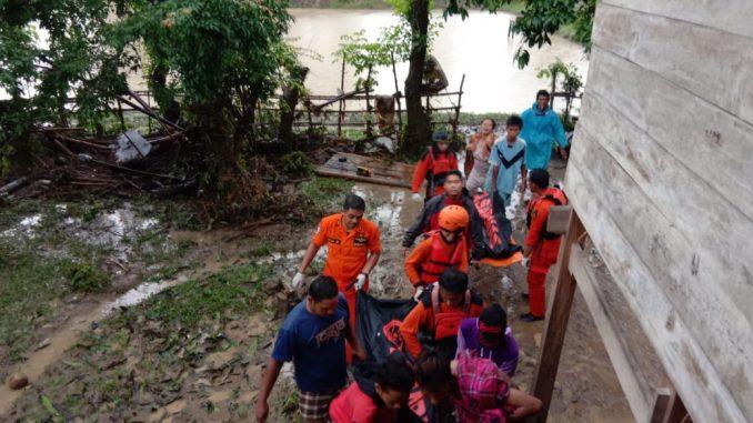 Tim SAR Gabungan mengevakuasi korban tenggelam.
