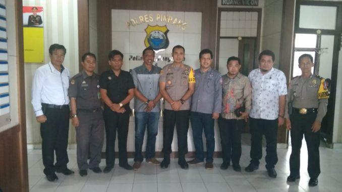Kapolres Pinrang foto bersama jajaran KPU Pinrang.