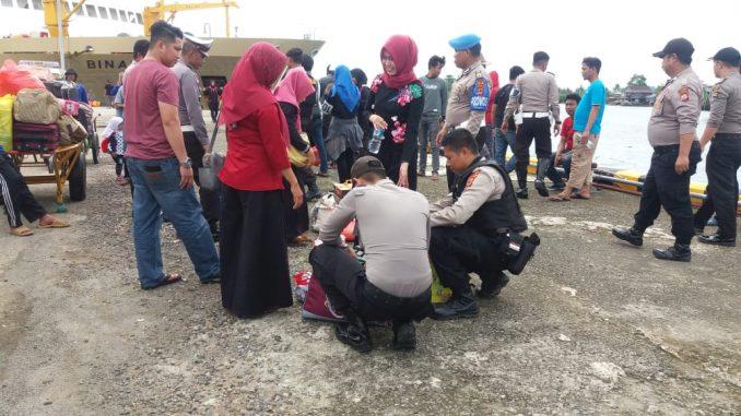 Polres Barru memeriksa barang penumpang KM Binaya di Pelabuhan Awerange, Barru.