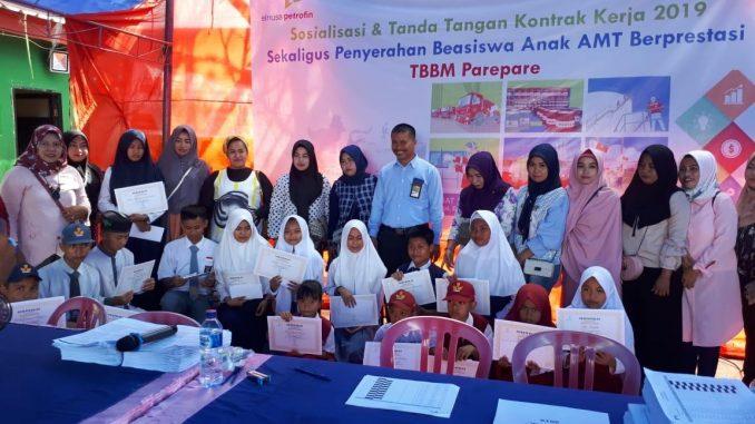 PT Elnusa Petrofin memberikan beasiswa kepada anak Awak Mobil Tangki (AMT) yang berprestasi di sekolahnya. --ist--