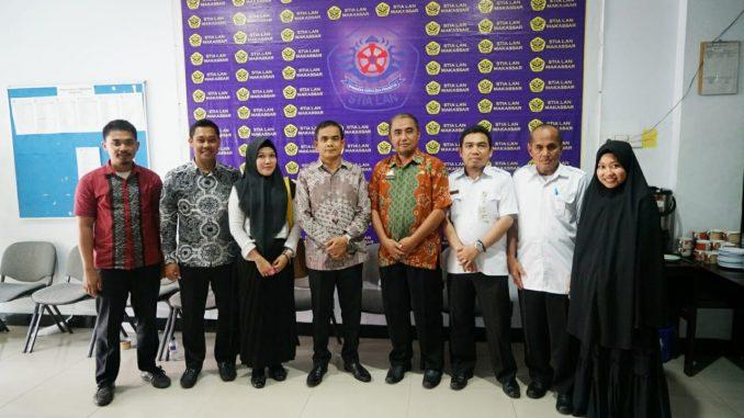 Sekda Sidrap, Sudirman Bungi (empat dari kiri) foto bersama di lokasi seleksi pejabat.