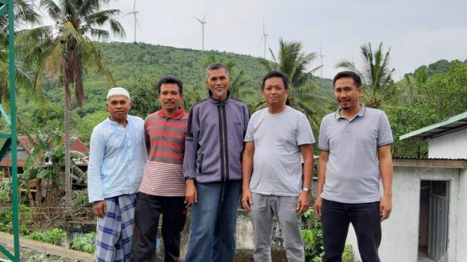 H Zulkifli Zain, Ketua DPRD Sidrap (dua dari kanan, pakai kaos oblong) foto bersama tokoh masyarakat Dusun Pabbaresseng