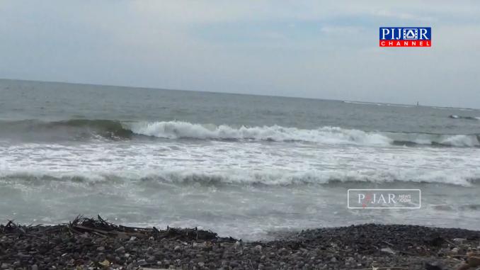 Gelombang tinggi disertai angin kencang di pantai Lumpue.