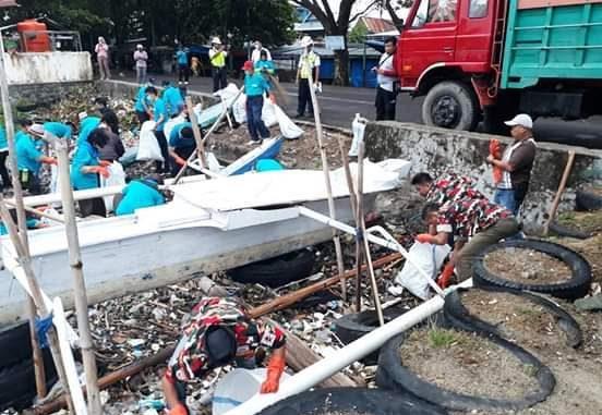 GALERI FOTO : Aktivis LMP Parepare Ikut Bersihkan Pantai Cempae