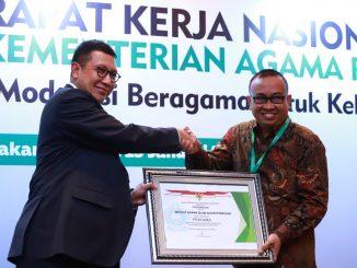 Menteri Agama, Lukman Hakim Saifuddin memberi penghargaan kepada Rektor IAIN Parepare, di Jakarta, baru-baru ini.