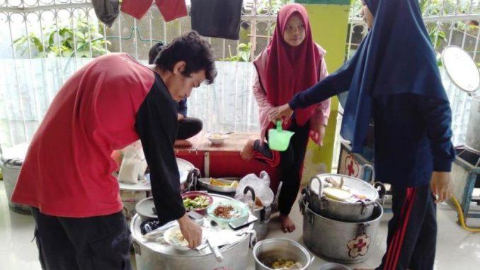 PMI Dirikan Dapur Umum Untuk Pengungsi Korban Banjir di Makassar