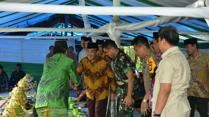 Bupati Sidrap, Dollah Mando saat hadir pada upacara adat Towani Tolotang.