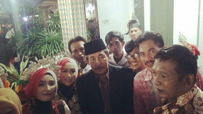 H Dollah Mando foto bersama saat menghadiri acara mappacci anak Gubernur Sulsel Nurdin Abdullah.