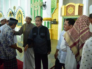 Bupati Sidrap, Dollah Mando hendak bersalaman dengan jamaah masjid Agung Pangkajene usai melaksanakan salat berjamaah.