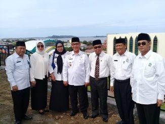 Rektor IAIN Parepare, Ahmad Sultra Rustan (pakai dasi) bersama Wakil Walikota Parepare Pangerang Rahim (tengah) dan sejumlah pejabat IAIN Parepare.