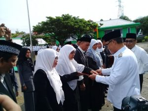 Wawali Parepare, Pangerang Rahim saat memberi penghargaan kepada ASN dalam lingkup IAIN Parepare.