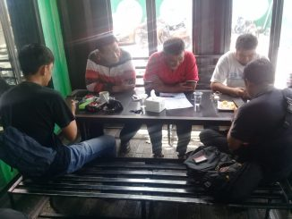 Pegiat Anti-Korupsi, Rudy Najamuddin (pakai baju merah) memberi keterangan pers di Warkop S3Box, Parepare.