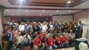 Rasdha Tadjuddin (tengah pakai kemeja putih) foto bersama dengan peserta seminar. --ist--