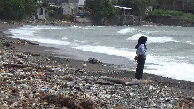 Pantai Lumpue sepi pengunjung. Selain ombak yang tinggi, juga sampah berserakan di pantai.