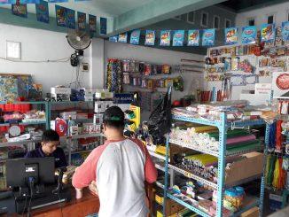 Suasana aktivitas jual beli di Swalayan ATK Sinar Agung di JL Jenderal Sudirman Parepare, depan Kantor Samsat.