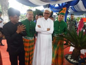 Tim Kesenian Sidrap foto bersama Gubernur Sulsel Nurdin Abdullah.