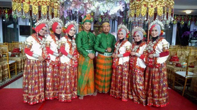 Tim Kesenian Sidrap usai tampil di acara mappacci anak Gubernur Sulsel Nurdin Abdullah.