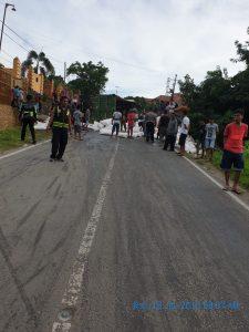 Tumpahan barang dari truk halangi arus lalulintas di Bili-bili Pinrang.