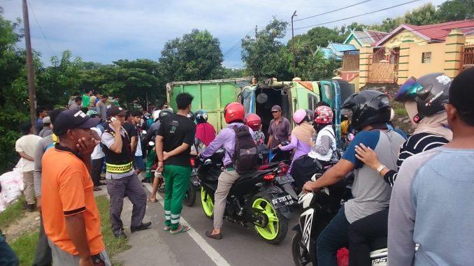 Truk terguling menghalangi arus lalulintas di tanjakan Bili-bili, Pinrang.