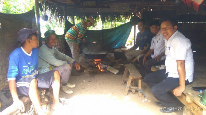 Pejabat Kecamatan Pitu Riase menyaksikan proses pembuatan gula aren di Desa Compong. Bahan gula aren ini berasal dari tuak manis.