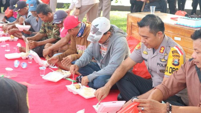 Kapolres Pinrang, AKBP Bambang Suharyono sarapan bersama dengan puluhan tukang becak.