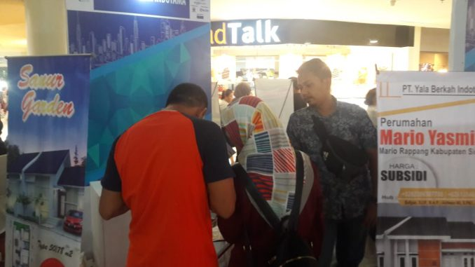 Sejumlah pengunjung berada di stand Perumahan Yasmin Mario.