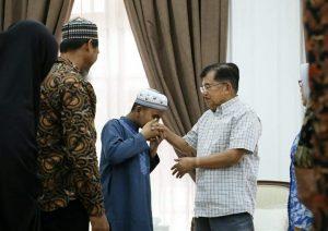 Hafiz Quran Cilik Fahrul Amin mencium tangan Wapres JK.