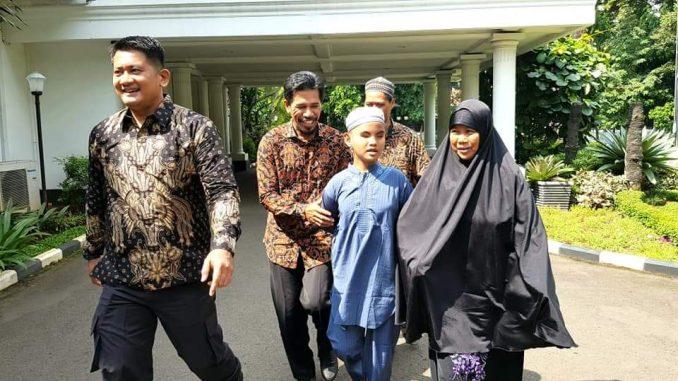 Fahrul Amin, pakai gamis biru didampingi ibunya saat hendak menuju rumah dinas Wapres JK di Jakarta.