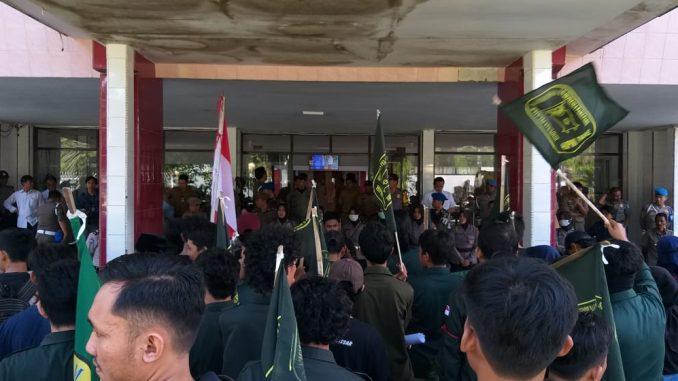 HIPMI Parepare berunjukrasa di Kantor Walikota Parepare.