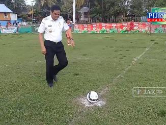 Bupati Barru Suardi Saleh lakukan tendangan kick off pertama tanda Turnamen Mangkoso CUP U-13 dimulai secara resmi.