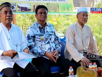 Bupati Barru Suardi Saleh (tengah), didampingi Camat Barru Andi Hilmanida (kanan) dan Pimpinan Baznas Kabupaten Barru Anre Gurutta-Faried Wadjedy (kiri).