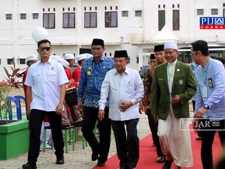 Wakil Presiden Indonesia Jusuf Kalla (tengah baju putih lengan panjang) didampingi Bupati Barru Suardi Saleh (kanan) dan Ketua Ponpes DDI Mangkoso AGH Faried Wadjedy (kiri).