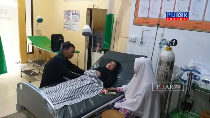 Ketua Panwascam Ujung Kota Parepare Marwani, terbaring lemah di Ruang Instalasi Gawat Darurat (IGD) Puskesmas Madising Namario, Kota Parepare