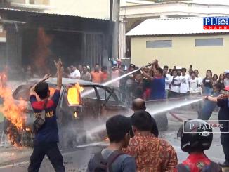 Petugas Pemadam Kebakaran dan Penyelamat Kota Parepare, berusaha padamkan api.
