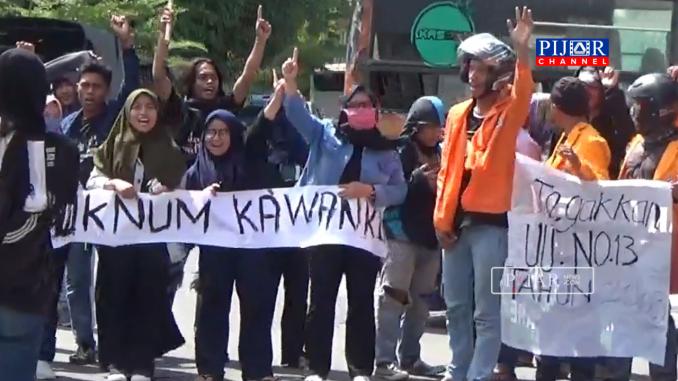 Puluhan Mahasiswa gelar aksi di Halaman Air Mancur Patung Cinta Habibi Ainun Kota Parepare.