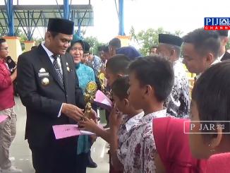 Bupati Barru Suardi Saleh serahkan piagam penghargaan kepada siswa-siswi berprestasi.