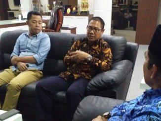 Rektor UMS Rappang, Jamaluddin Ahmad (pakai batik coklat) saat berbincang dengan Wakil Bupati Sidrap, Mahmud Yusuf.