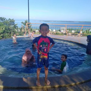 Furqon bersama kakak dan sepupunya usai berenang di Kolam Hotel Kenari., Parepare, Ahad 23 Juni 2019.
