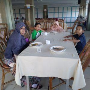 Ema (pakai kaca mata), Fatih (pakai baju kaos hijau putih), Faiqah (kerudung orange) dan Furqon saat menikmati hidangan sarapan pagi restoran Hotel Kenari Parepare.