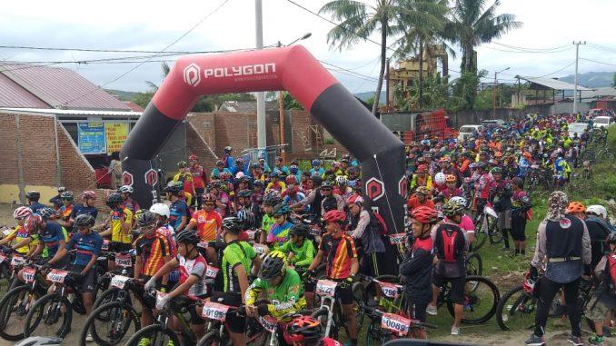 Wali Kota Parepare, Taufan Pawe melepas secara resmi ribuan peserta cross country 2019 di Kawasan Perbukitan Lariang Nyarengnge, Kelurahan Watang Bacukiki, Kecamatan Bacukiki, Kota Parepare, Ahad (16/6/2019).