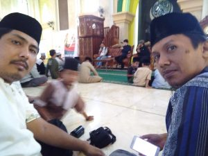 Jamaah Masjid Agung berswafoto