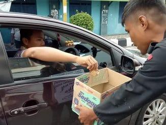 Salah seorang aktivis mengedarkan kotak penggalangan dana di Jalan Bau Massepe, Kota Parepare.