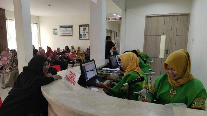 Hari Jadi Sidrap, Petugas RS Nemal Gunakan Busana Adat Layani Pasien